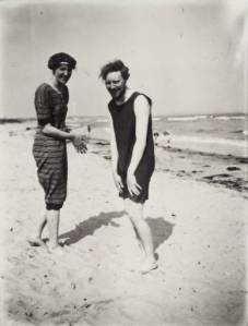 Virginia Woolf and Clive Bell on the beach in 1909, from virginiawoolfblog.com