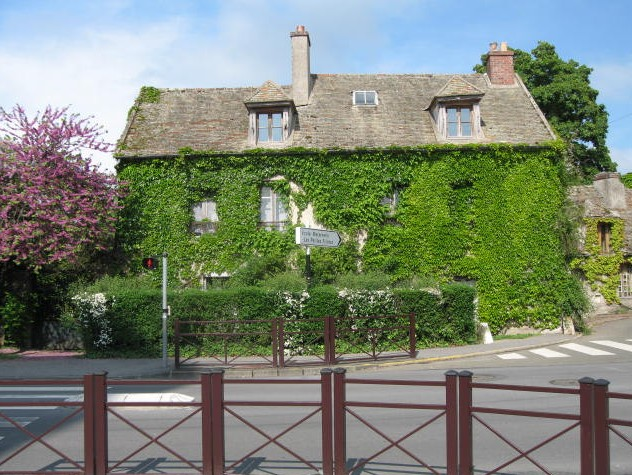 Marguerite Duras' house at Neauphle-le-Chateau is clearly not a chateau either, from maisons-ecrivains.fr