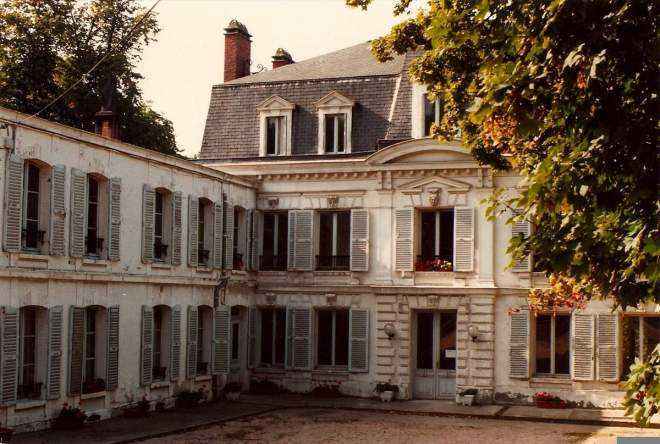 Alphonse Daudet clearly didn't write about this house in his Lettres de mon moulin. From maison-alphonse-daudet.com