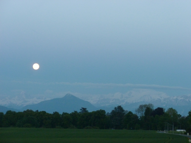 Reason 9: Full moon is made even more dramatic by the backdrop of mountains