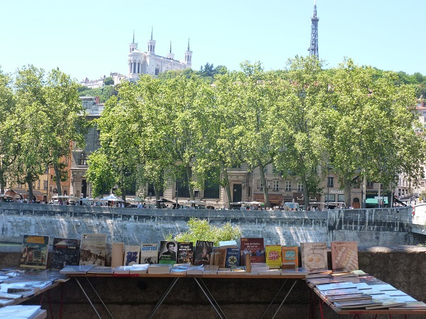 Looking through the second-hand books on the quay.