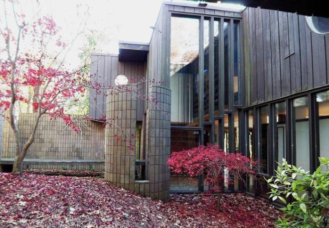 This masterpiece of 1970 architecture by Mark Bernstein in Charlotte, NC, aka 'the house that fell to earth' was also torn down to make way for a more modern and bland building.