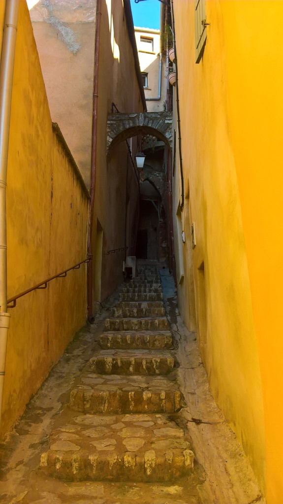 Narrow stairs leading to the upper part of the village? Check!